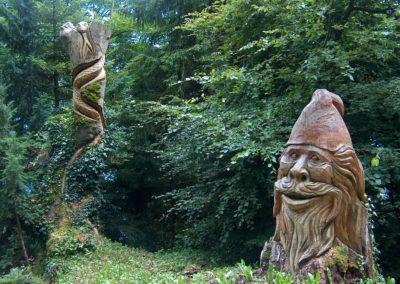 Holzfiguren am Weg