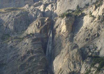 Tiefe Kerben im Fels vom Wasser ausgewaschen