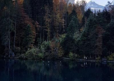 Dunkelblauer See